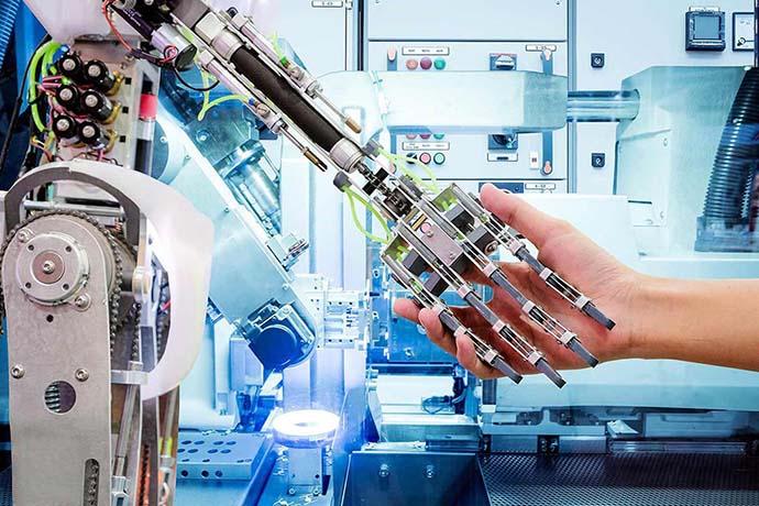 Mensch gibt Roboter die Hand