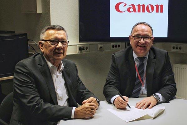 Uwe Breuer (Canon Giessen) und Gottfried Köhler (MJR) bei der Unterzeichnung des Vertrags.